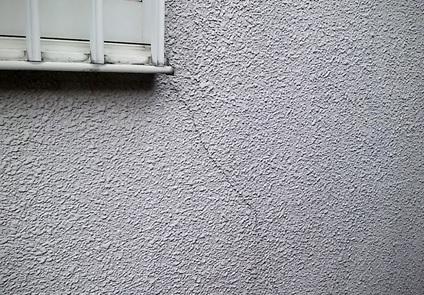 窓枠付近にクラック(ひび割れ)